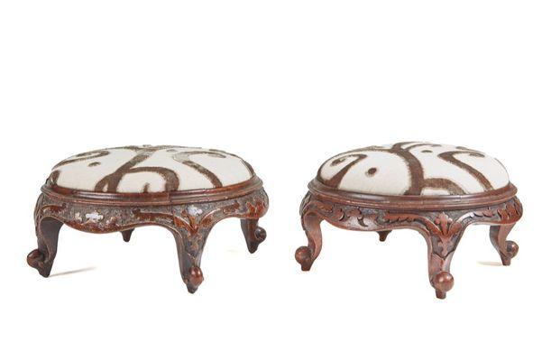 Sgabelli vittoriani in legno di noce intagliato set di 2 in vendita
