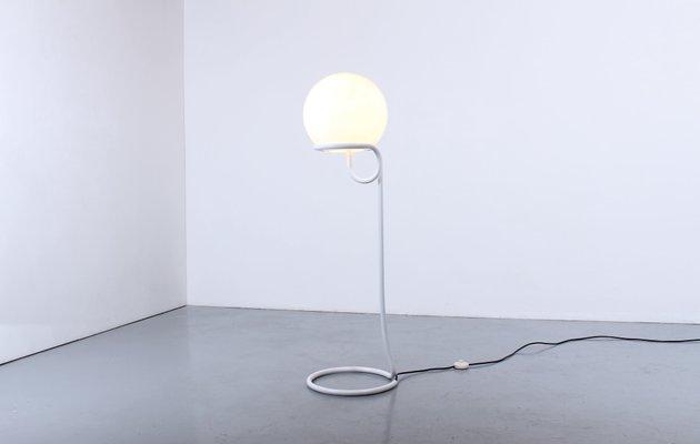 Lampada da terra bianca di aldo van den nieuwelaar per domani design