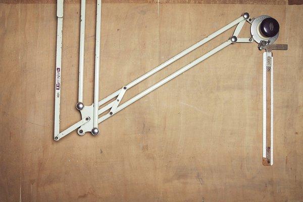 Tavolo da disegno industriale con lampada braccio flessibile e