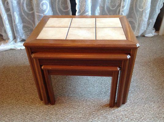 Tavolini ad incastro vintage in legno con piastrelle in ceramica