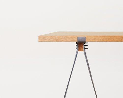 Tavolo in acciaio annerito e quercia con gambe a cavalletto di FRAMA ...