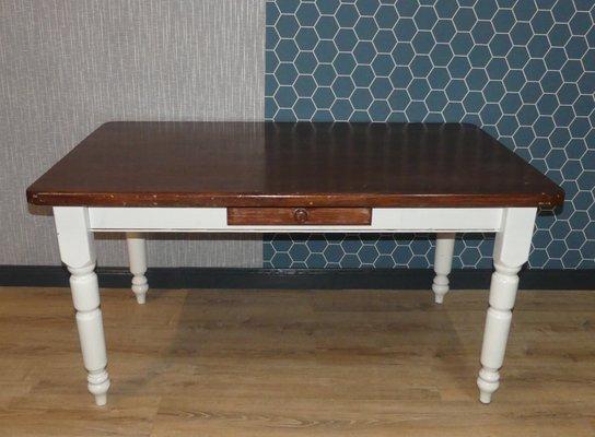 Mesa de comedor grande de madera maciza blanca y marrón con cajón, años 80