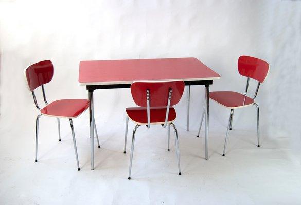 Juego de mesa de cocina y tres sillas de formica roja, años 60
