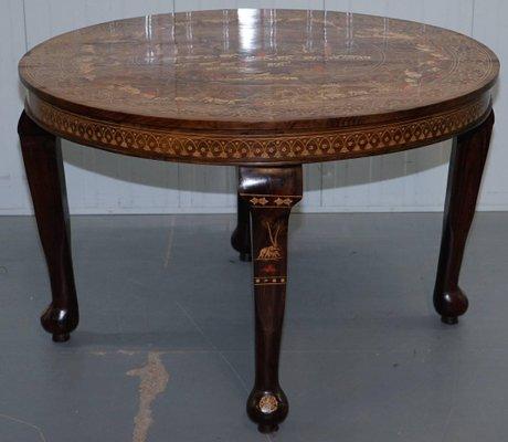 Mesa de comedor anglo india antigua de madera roja tallada