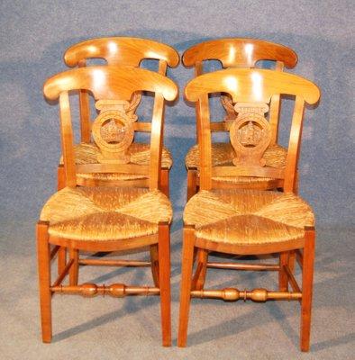 Sillas de comedor antiguas de paja y madera de cerezo. Juego de 4