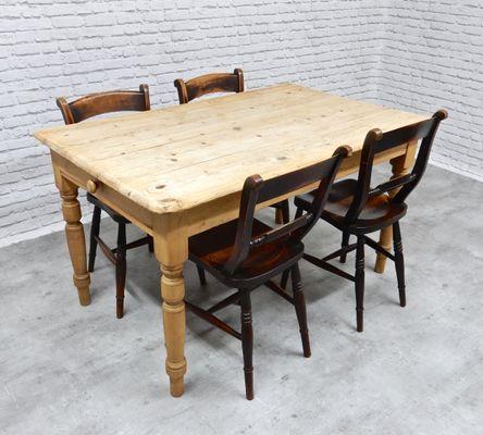 Mesa de cocina antigua de pino