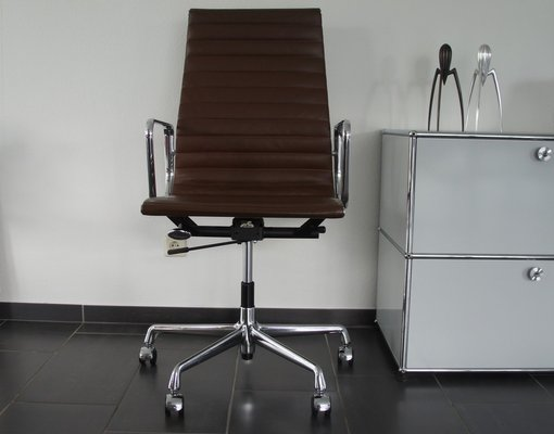 Chaise de Bureau EA 119 en Chrome et Cuir par Charles & Ray