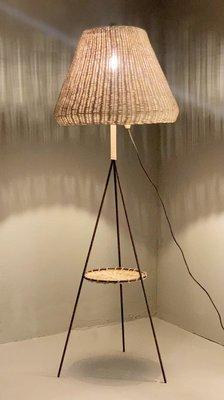 Lampada da terra vintage tripode con paralume in vimini