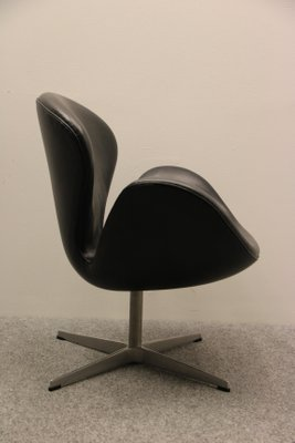 vintage swan chair by arne jacobsen for fritz hansen for sale at pamono