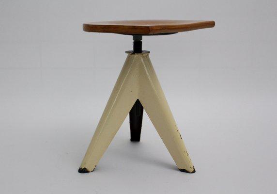 Sgabello industriale con tre gambe in vendita su pamono