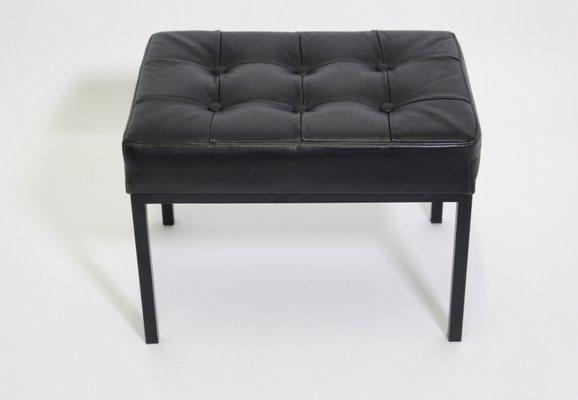 Sgabello in pelle nera con gambe in metallo anni in vendita
