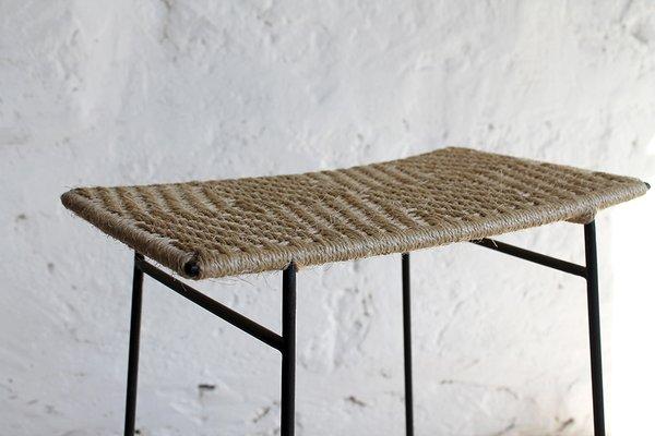 Sgabello shibui con gambe in ferro e seduta in fibra naturale di