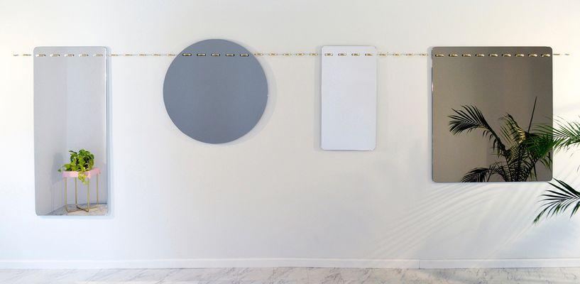 Specchio da parete Sewn Surfaces lungo di Debra Folz Design in ...