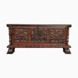 Baule barocco in legno di noce intagliato, XVIII secolo