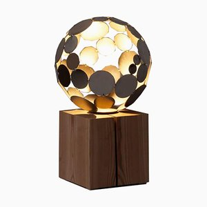 Lampe Globe, Sculpture Contemporaine, Rouillé sur un Piédestal en Chêne, 2021