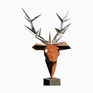 Outdoor Skulptur, Hirsch, auf einem quadratischen Sockel aus oxidierter Eiche, 21. Jh