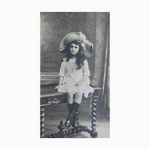 Fotografia grande antica raffigurante una ragazza su una panchina, Francia, 1912
