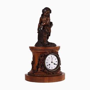 Uhr mit Bronzestatue