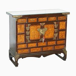 Antikes chinesisches Sideboard aus Ulmenholz & Messing mit Gravur