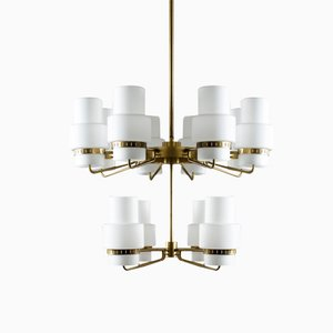 Lámpara de araña Mid-Century grande de latón y vidrio opalino
