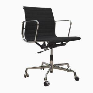 Chaise de Bureau Ea117 Alu Noire par Charles & Ray Eames pour Vitra, 2000s