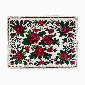 Handgefertigter rumänischer Teppich mit weißem Hintergrund, rosa & rotem Blumenmuster
