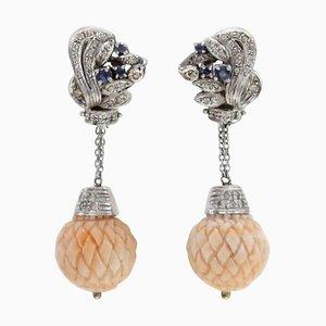 Diamanten, Blaue Saphire, Gravierte Rosa Korallen Kugeln und 14 Karat Weißgold Ohrclips, 2er Set