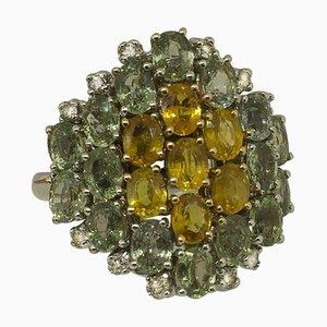 Ring aus weißen Diamanten, grünen und gelben Saphiren und Weißgold