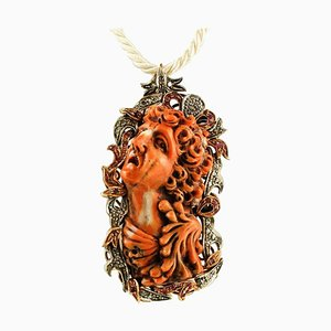 Gold & Silber Anhänger oder Brosche mit Graviertem Gesicht auf Orangen Korallen, Diamanten und Rubinen