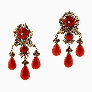 Orecchini in oro rosa e argento con corallo, diamanti, smeraldi, rubini, zaffiri e perle, set di 2