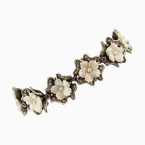 Bracciale a forma di fiore in corallo rosa, perla, diamante, rubino, oro rosa e argento