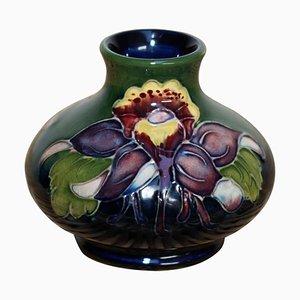 Kleine Keramik Blumenvase mit handbemaltem Blumenmuster von Moorcroft