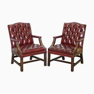 Chesterfield Armlehnstühle aus geschnitztem Hartholz & blutrotem Leder, 2er Set