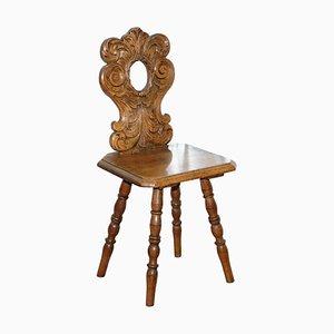 Italienischer Handgeschnitzter Eichenholz Flur Stuhl mit Verziertem Holz und Floraler Rückenlehne