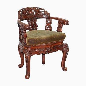 Rot lackierter chinesischer Vintage Armlehnstuhl aus geschnitztem Ulmenholz mit schwerem Blattwerk