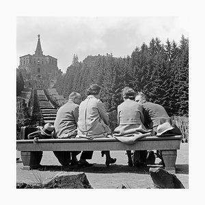 Paar auf einer Bank vor einer Statue in Kassel, Deutschland 1937, 2021