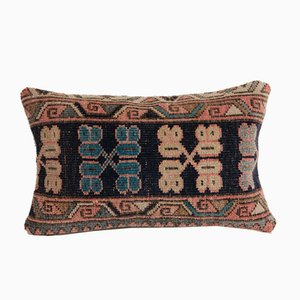 Türkischer Vintage Teppich mit blauem Kissenbezug