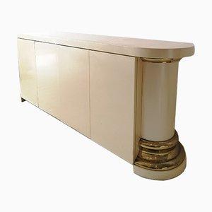 Credenza postmoderna laccata color crema con colonne in ottone