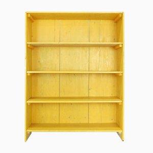Ockergelbes Bücherregal.