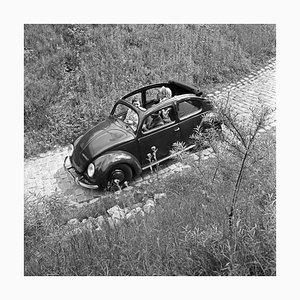Driving Through Mountains in the Volkswagen Beetle, Allemagne, 1939, Imprimé en 2021
