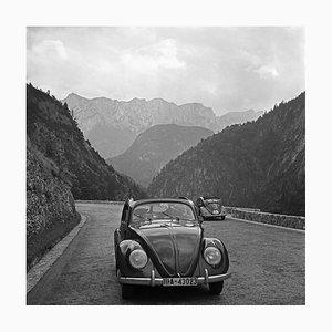 Traveling par Volkswagen Beetle Through Mountains, Allemagne, 1939, Imprimé en 2021