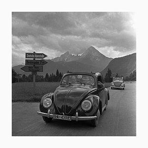People Travelling in Volkswagen Beetle, Allemagne, 1939, Imprimé en 2021