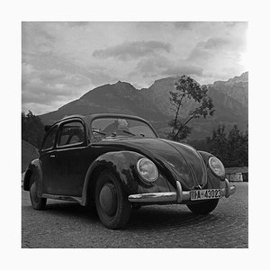 Volkswagen Beetle Parking Close to Mountains, Allemagne, 1939, Imprimé en 2021