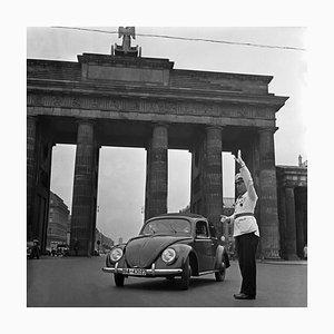 Coccinelle Volkswagen devant la Porte de Brandebourg, Allemagne, 1939, Imprimé en 2021