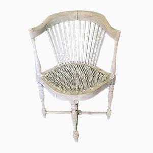 Antiker französischer weißer Eckstuhl aus Holz