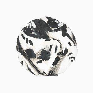 Almohada circular pintada a blanco y negro