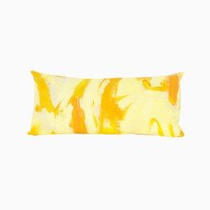 Cojín rectangular pintado de dos tonos de amarillo de Naomi Clark para Fort Makers