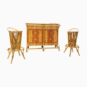 Mueble bar italiano Mid-Century moderno de bambú con taburetes, años 60. Juego de 3