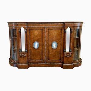 Aparador victoriano antiguo de madera nudosa de nogal con placas de camafeo Wedgwood