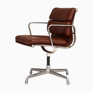 Silla EA208 de aluminio y cuero curtido oscuro de Eames para Herman Miller, años 70